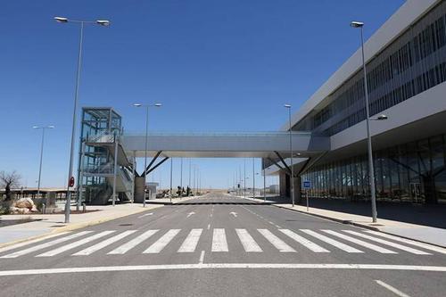 Cảnh hoang vắng tại sân bay vốn được xây dựng để phục vụ 2,5 triệu lượt khách mỗi năm.