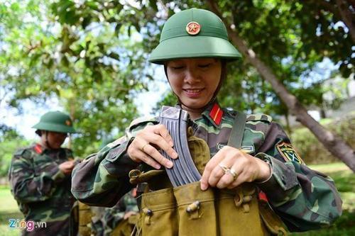 Nữ nhân viên công sở bắn đạn thật với súng AK