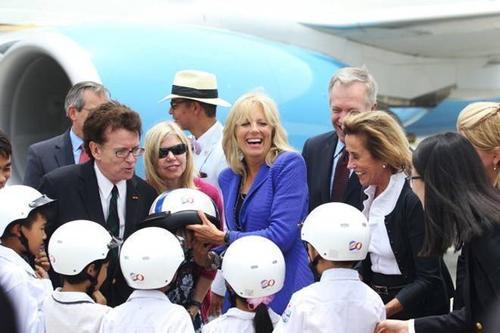 Bà Biden gặp gỡ vào chào hỏi nhóm trẻ em Việt Nam được sứ quán Mỹ trao tặng mũ bảo hiểm. Ảnh: NGUYỄN KHÁNH