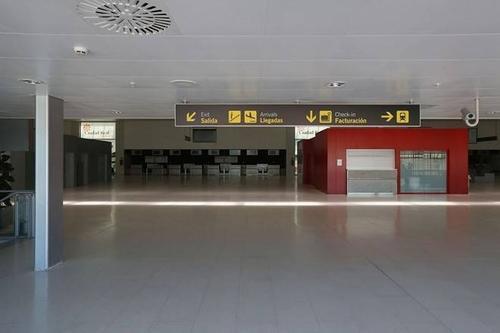 Sảnh nhà ga sân bay không một bóng người.