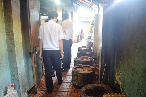 Đoàn công tác thuộc Cục An toàn thực phẩm kiểm tra khu vực bếp của Công ty Đông Dương. Ảnh: Ngọc An
