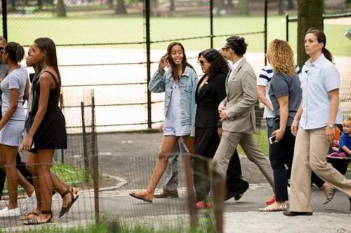Malia Obama (đi giữa) cùng bố mình, Tổng thống Obama, và những người bạn của cô dạo chơi ở Công viên Trung tâm.