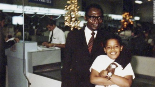 Ông Obama còn nhỏ chụp hình cùng bố, ông Barack Obama Sr., vào thập niên 60. Gia đình ông Obama vốn là người chăn dê tại làng Kogelo. Sau đó, bố của ông Obama trở thành chuyên gia kinh tế cao cấp trong chính phủ, du học ở trường Harvard tại Mỹ. Tuy nhiên, ông sớm ly thân với vợ. Dù vậy, người bố vẫn quan tâm và theo sát chuyện học hành của con cái.