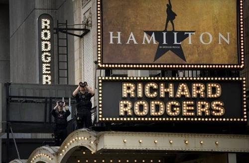 """Các nhân viên Mật vụ Mỹ thuộc đội chống bắn tỉa đang đứng trên nóc Nhà hát Richard Rodgers để quan sát trong khi Tổng thống Obama xem nhạc kịch """"Hamilton"""" cùng 2 con gái."""