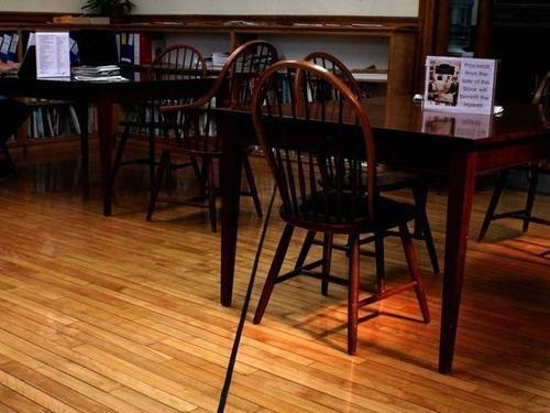 Trong cùng một phòng đọc ở thư viện Haskell, người ta phân chia biên giới bằng một đường kẻ đen. Phần thuộc về Mỹ nằm bên trái, đất của Canada nằm bên phải.