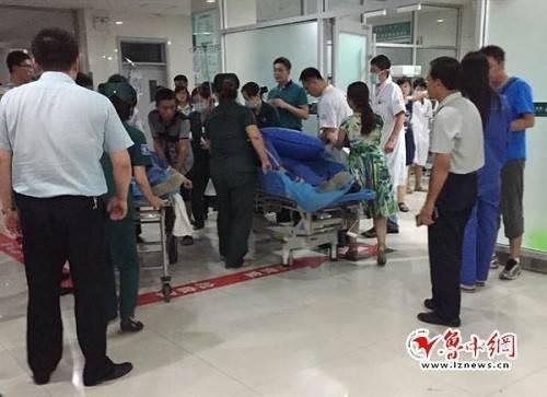 Một người bị thương nhanh chóng được chuyển đến một bệnh viên gần đó.