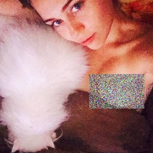 Miley Cyrus là ngôi sao có tần suất đăng ảnh gợi cảm nhiều nhất Hollywood. Cô không ngại tự đăng ảnh ngực trần lên trang cá nhân. Riêng với ảnh khỏa thân, Miley thường chỉnh sửa, che những bộ phận nhạy cảm bằng các biểu tượng ngộ nghĩnh, độc đáo. Vì sự phóng khoáng này, Miley vướng phải không ít những lời bình luận cho rằng cô thiếu tế nhị.