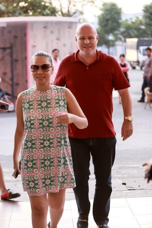 Chiều qua (29/8), Thu Minh có mặt tại SVĐ Quân Khu 7 (TP HCM) để tham gia tổng duyệt chương trình cho đại nhạc hội lớn nhất nhì trong năm mà cô là một trong những khách mời đặc biệt. Nữ ca sĩ xuất hiện với trang phục đơn giản và như thường lệ được hộ tống bởi chồng Tây.