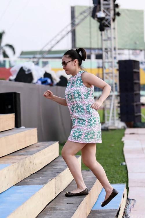 Giọng ca Yêu mình anh hào hứng chạy lên sân khấu để ráp tiết mục cùng vũ đoàn.
