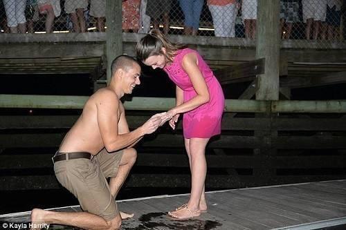 Chàng trai đang cầu hôn bạn gái thì vô tình làm rơi nhẫn.