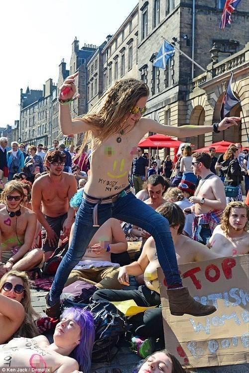 Hàng ngàn phụ nữ ở  Edinburgh, Scotland cũng hưởng ứng phong trào này.