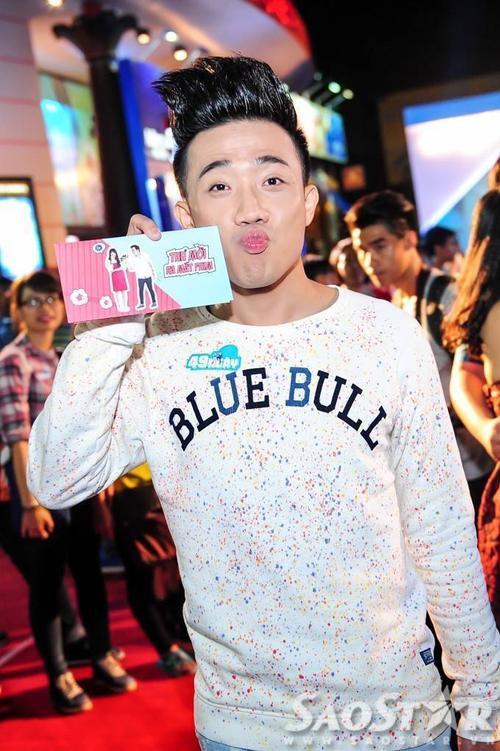 Diễn viên hài - MC Trấn Thành tạo dáng đáng yêu khi bắt gặp ống kính máy ảnh.