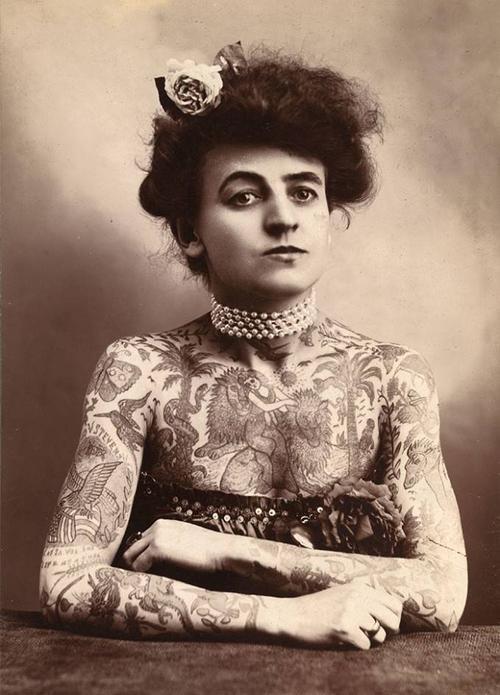 Maud Steven Wagner là nữ nghệ sĩ xăm hình đầu tiên được biết đến ở Mỹ vào năm 1907.