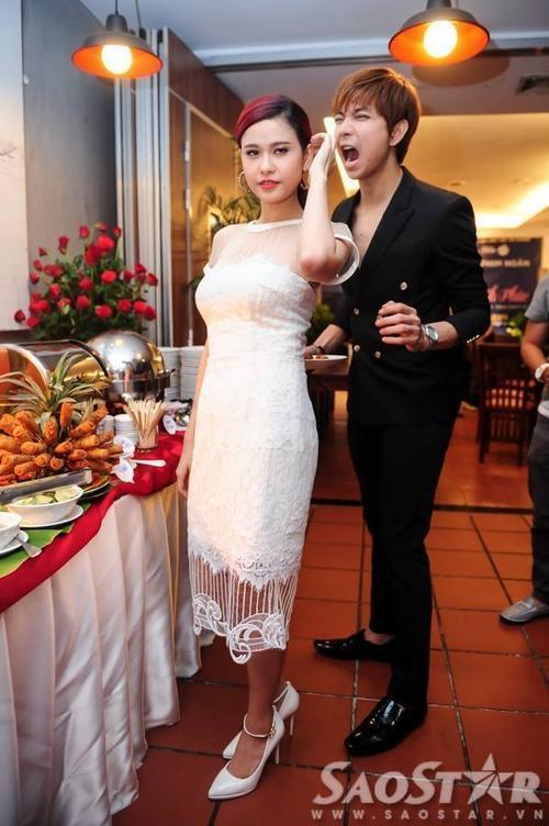 """Trong phim ngắn """"Có hẹn cùng hạnh phúc"""", Trương Quỳnh Anh vào vai cô gái bị một căn bệnh hiếm gặp trên thế giới, cứ qua một ngày bộ nhớ của cô lại xóa hết ký ức của ngày hôm qua. Dẫu vậy, hàng ngày, nhân vật chàng trai do Tim đóng luôn cần mẫn đến trò chuyện. Tình yêu quá lớn của anh dần khiến cho trái tim cô gái rung động, dù mỗi ngày cô gặp mình đều thấy đó là một người mới. Ngoài hai diễn viên chính, ê-kíp còn quyết định mời thêm hot teen Tam Triều Dâng đóng vai em gái của Trương Quỳnh Anh."""