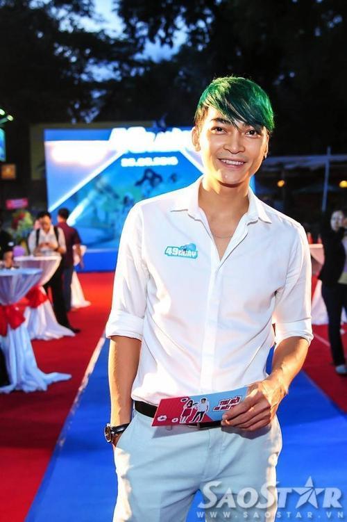 Diễn viên Khương Ngọc gây ấn tượng với mái tóc màu xanh lá.