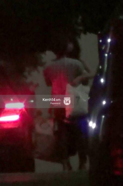 Ở bức hình do PV kênh 14 chụp cảnh Trường Giang ôm hôn thắm thiết Nhã Phương ngay trước cửa nhà cô