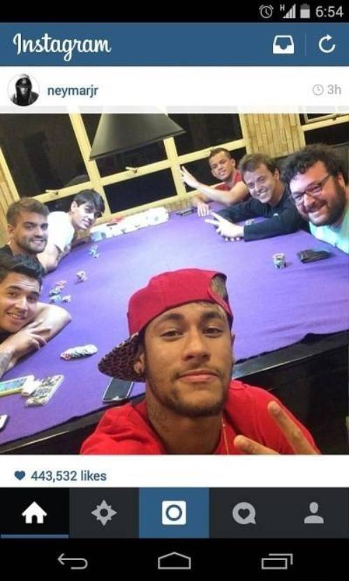 Sau mỗi trận thắng anh chàng đều chụp ảnh kỷ niệm lại cùng bạn bè ngay trên bàn