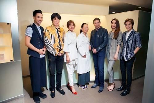 Họ đã dạo quanh các cung đường đẹp ở thủ đô Tokyo, đồng thời ghé thăm một trung tâm chăm sóc sắc đẹp để tìm hiểu rõ hơn về những liệu trình chăm sóc da.