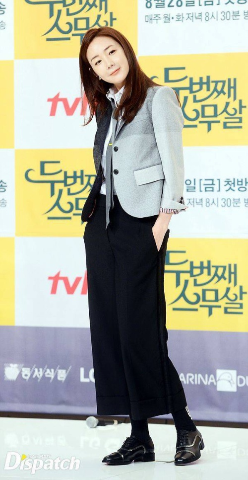Trong Second Twenty, Choi Ji Woo vào vai một bà mẹ trẻ, quay trở lại giảng đường sinh viên học tập. Trong những hình ảnh được nhà sản xuất cung cấp, Choi Ji Woo có nhiều trang phục trẻ trung, phong cách.
