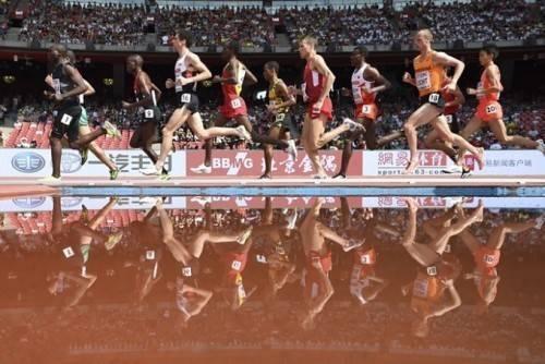 Các vận động viên nam in bóng dưới nước trên đường chạy 5.000m