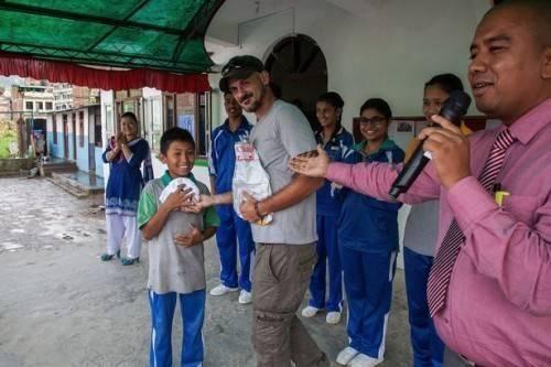 Jetin Shrestha hạnh phúc khi được nhận quà