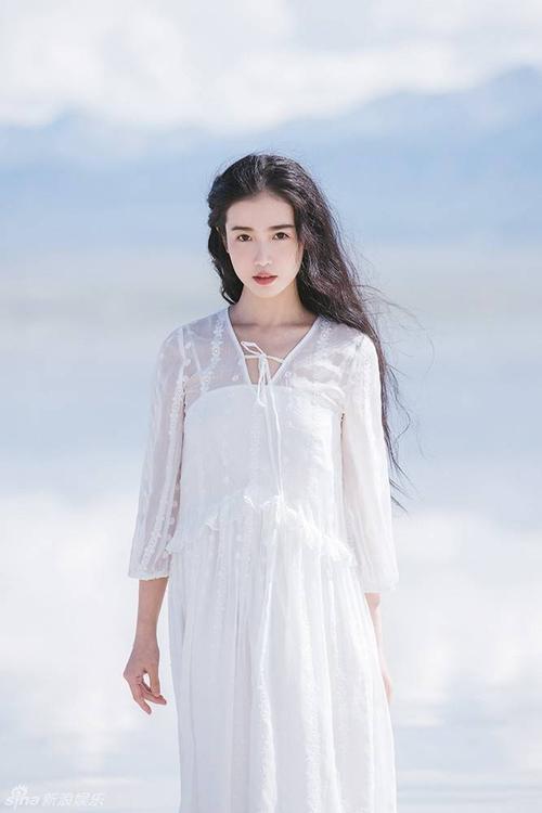 Tại đây, kiều nữ 25 khoe vẻ trong trẻo thuần khiết trong bộ váy trắng, cách make up ngọt ngào, làm nổi bật đường nét tự nhiên trên gương mặt.