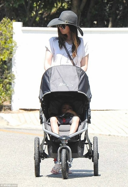Megan Fox đưa con trai dạo phố hôm 26/8, gương mặt tỏ vẻ mệt mỏi.