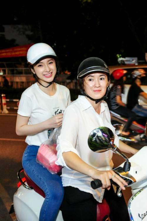 """Cả hai mẹ con Angela Phương Trinh đều chọn trang phục đơn giản. Trong đó, """"bà mẹ nhí"""" điện chiếc quần jeans kết hợp với áo phông trắng trẻ trung, thanh lịch."""