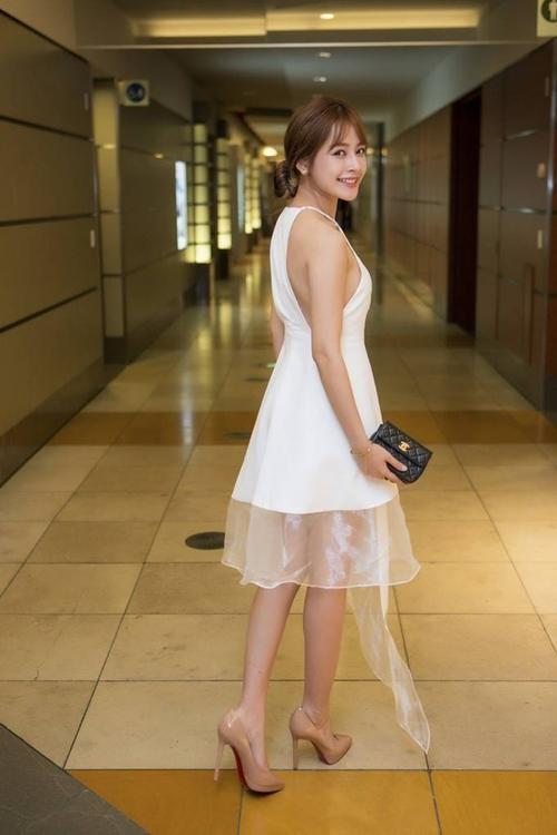 Trong khi đó, Chi Pu lại diện chiếc đầm trắng tinh khôi, khoe trọn bờ vai gợi cảm.