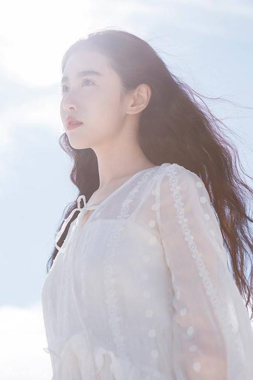 Zhang Xin Yuan theo học khoa diễn xuất của Học viện Sân khấu ở Bắc Kinh và hoạt động với vai trò một người mẫu.