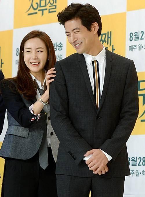 Choi Ji Woo trêu chọc bạn diễn Lee Sang Yoon. Cô có nhiều biểu cảm dễ thương, nhí nhảnh, tạo không khí sôi nổi trong buổi họp báo.