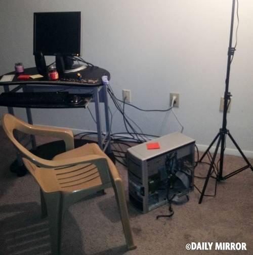 Trong nhà không hề có một vật trang trí nào, hàng xóm cho hay Flanagan thường từ nhốt và cô lập bản thân trong nhà với chiếc máy tính, trong có chứa khá nhiều phim đen.