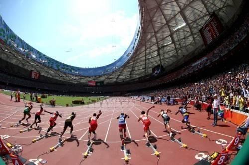 Khoảnh khắc lao về phía trước ngoạn mục của các vận động viên nam vượt rào 110m