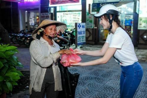 """Cô mang từng phần cơm đến để trao tận tay cho những người nghèo. Giọng ca """"Con tim mong manh"""" vẫn nở nụ cười tươi dù mồ hôi nhễ nhại vì thấm mệt."""