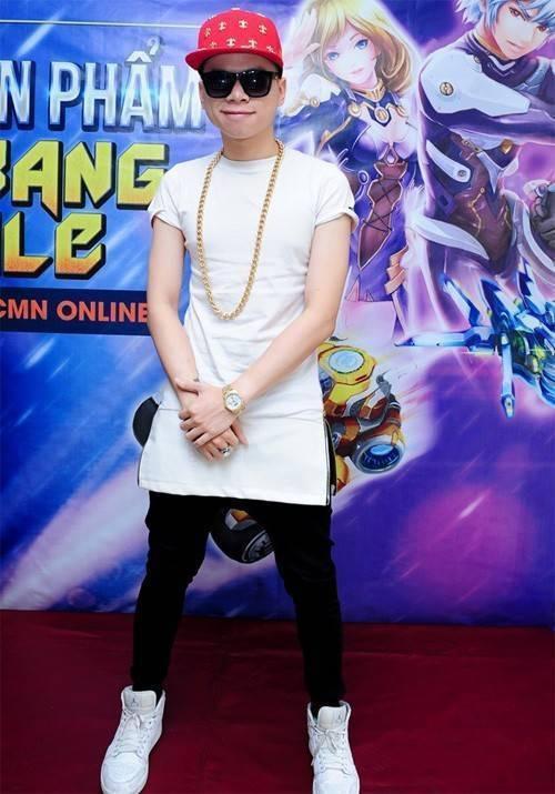 Hoàng Tôn chọn phong cách năng động, mang hơi hướng hip hop cho hình ảnh cá nhân.