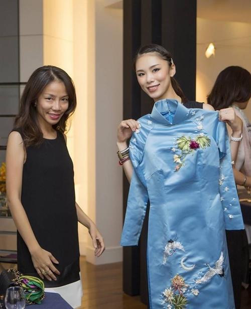 Cô vô cùng thích thú khi nhận bộ áo dài xanh - món quà đặc biệt được đoàn nghệ sĩ Việt Nam đặt may riêng cho người đẹp.