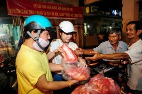 Trước đây, Angela Phương Trinh và mẹ từng có nhiều hoạt động thiện nguyện tương tự nhằm giúp đỡ những trẻ em mồ côi tại chùa, người lao động nghèo.