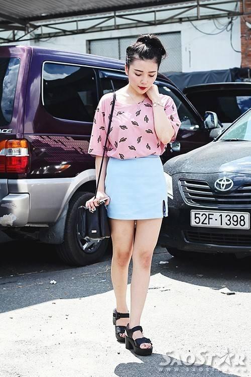 . Áo phông với họa tiết xinh xắn được mix với chân váy baby blue chất kaki xẻ đùi phối cùng giày cao gót đế thô, trông cô bạn không khác gì các teen girl Hàn Quốc.