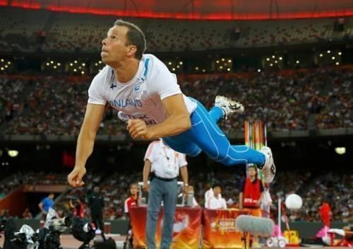 Antti Ruuskanen như siêu nhân bay sau khi phóng lao về phía trước