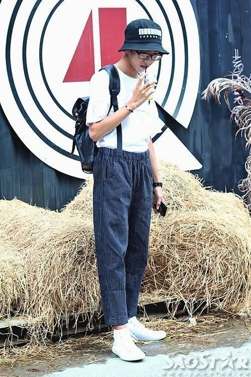 Combo áo thun trắng, quần dài kẻ sọc cùng mũ tai bèo đơn giản nhưng cực chất.