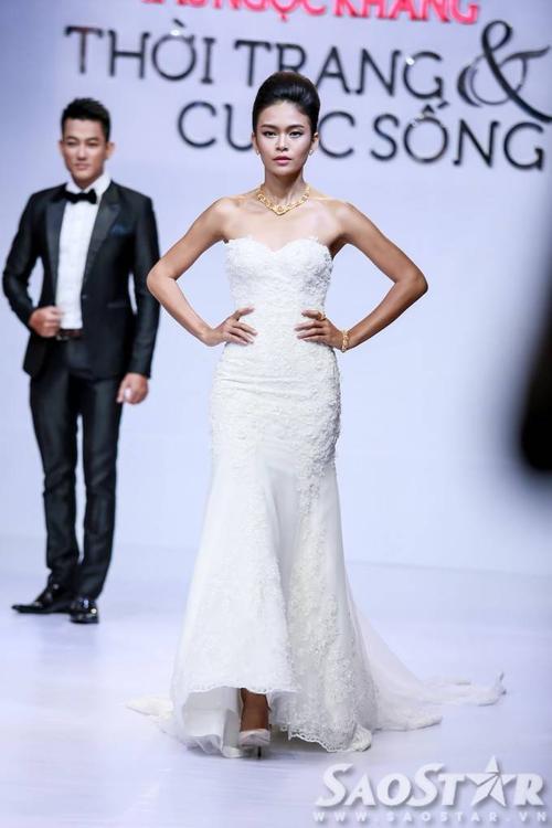 Mâu Thủy - Quán quân Vietnam's Next Top Model mùa thứ 4 - nổi bật với chiếc váy cưới cúp ngực được đính hoa tinh tế.