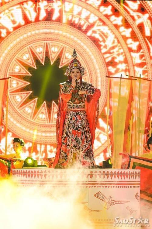 Lê Vũ Phương với ca khúc Hào khí Việt Nam. Ca khúc được đầu tư công phu trong phần vũ đạo.