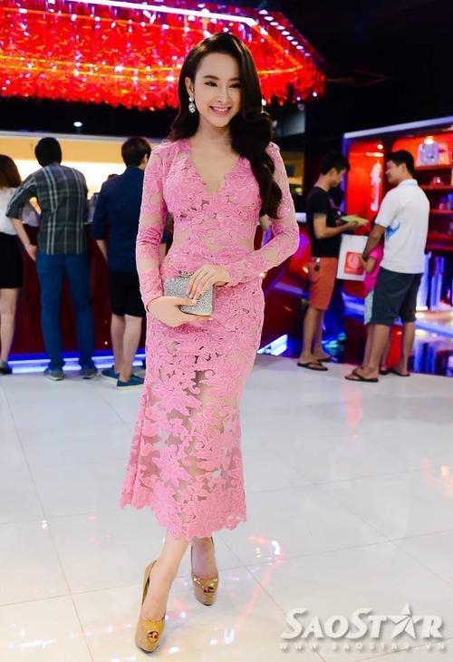 Angela Phương Trinh nữ tính với váy hồng khoe dáng chuẩn và nước da trắng sứ.