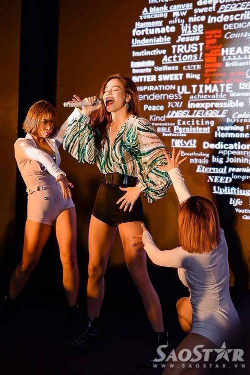 Ở bên ngoài, Hà Hồ quậy tưng bừng khi thể hiện hàng loạt ca khúc hit gửi tặng khán giả.