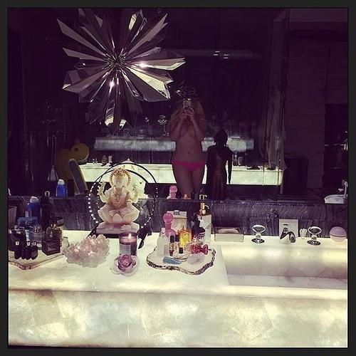 """Giảm cân thành công, Christina Aguilera cũng theo trào lưu khoe ảnh nóng. Mới đây nữ ca sĩ tuyên bố """"đã đến lúc chia sẻ một vài thứ riêng tư với các bạn rồi"""" khi chỉ mặc độc quần lót, đứng trước gương chụp ảnh. Vòng  1 đã được huấn luyện viên The Voice che chắn bằng cánh tay."""