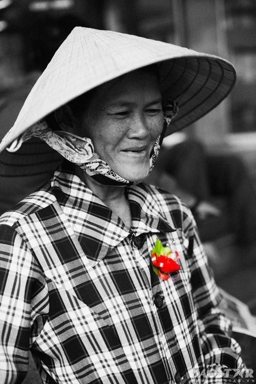 """""""Mẹ cô bị tai biến 4 năm nay rồi, bây giờ ăn uống đi lại cũng khó khăn lắm. Con cái đứa nào cũng khổ, lo kinh tế từng ngày đâu có thời gian quan tâm hay trò chuyện với mẹ được, nên mẹ cũng hay tủi thân. Cô luôn thu xếp để chăm sóc cho mẹ thật chu đáo. Cô cũng hay đi chùa để cầu cho mẹ được mạnh khỏe sống với con cháu."""" Cô Hồ Thị Quyền, sinh 1957, hiện làm nghề bán báo dạo."""