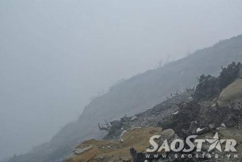 Cảnh tượng khô khốc hoang tàn bên ngoài núi lửa lúc rạng sáng.