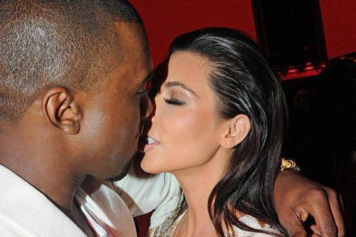 """Vợ chồng Kim - Kanye tận hưởng """"chuyện ấy"""" trong những ngày tháng người đẹp mang bầu."""