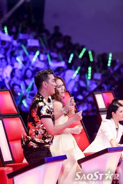 Cả hai rời khỏi ghế nóng và nhảy theo học trò trên sân khấu.