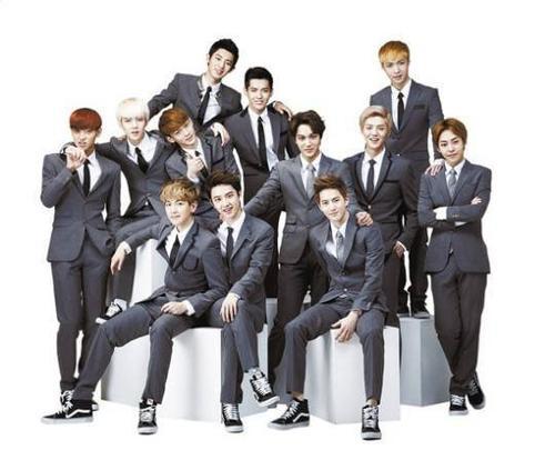 Nhóm EXO khi còn đầy đủ 12 thành viên.